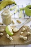 Erdnussbutter verbreitet mit Apfel Stockfoto