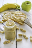 Erdnussbutter verbreitet mit Banane und Apfel Stockbild