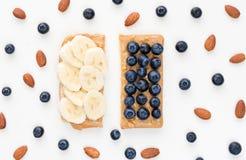 Erdnussbuttertoast mit Banane und Blaubeeren Lizenzfreie Stockbilder