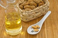 Erdnussöl mit Erdnüssen Stockbilder