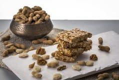 Erdnusssprödes oder Erdnuss chikki und gebratene Erdnüsse Stockfoto