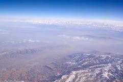 Erdoberfläche mit schneebedeckten Bergen auf blauem Himmel, Vogelperspektive Umweltschutz und Ökologie Große Berge lizenzfreie stockfotos
