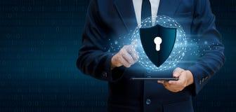 Erdpolygonmaschenplanet Weltgeschäftsleute rütteln Hände schützen Informationen im Cyberspace Der Geschäftsmann, der Schild hält, lizenzfreie stockfotos