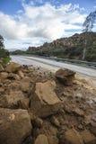 Erdrutsch, der Los Angeles Canyon Road blockiert Stockbilder