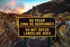 Erdrutsch unterzeichnen im Vulkan, der auf englisches und spanisch geschrieben wird stockfotos