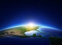 Erdsonnenaufgang über wolkenlosem Nordamerika Stockfotos