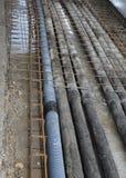 Erdverlegte Rohre gerunzelt für Glasfaser und Stromkabel Stockfoto