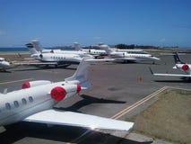 Erea apretado del estacionamiento de los aviones Imagenes de archivo
