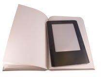Ereader en el libro Imagenes de archivo