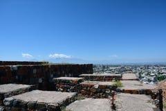Erebuni-Ruinen mit der Ansicht der Stadt Lizenzfreies Stockfoto