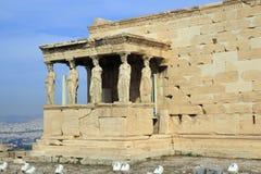 Erechtheion的女象柱门廊的图在上城在雅典 库存图片