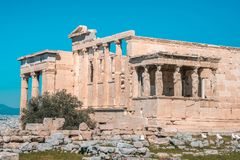 Erechtheion y templo del Athene en la colina de la acrópolis en Grecia fotografía de archivo libre de regalías