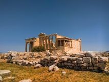 Erechtheionen eller Erechtheumen är en gammalgrekiskatempel royaltyfri foto