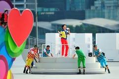 Ereigniswirt Sebastian Tan, der während durchführt Wiederholung 2013 der Nationaltag-Parade-(NDP) Stockfotos