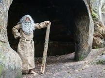 Eremita barbuta in una caverna fotografie stock libere da diritti