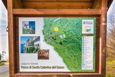 Eremitboning av det Santa Caterina del Sasso XIII århundradet på sjön Maggiore, Italien Träanslagstavla Arkivfoto