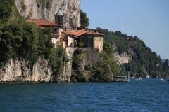 Eremitboning av Santa Caterina del Sasso som förbiser sjön Maggiore royaltyfria bilder