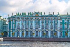 Eremitboning eller vinterslott på invallningen av den Neva floden i St Petersburg, Ryssland - arkitekturgränsmärke Arkivfoton