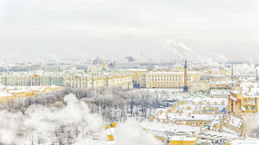 Eremitboning på slottfyrkant i St Petersburg vinterpanorama VI royaltyfria foton