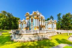 Eremitboningpaviljong på Catherine Park (Pushkin) i sommardag Arkivbild