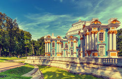 Eremitboningpaviljong på Catherine Park (Pushkin) i sommardag Royaltyfri Foto