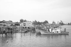 ERENGGANU, MALÁSIA - 20 de abril de 2015 - barco dos pescadores estacionou perto da praia de Seberang Takir, Terengganu, Malásia  Imagens de Stock