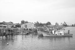 ERENGGANU, MALASIA - 20 de abril de 2015 - barco de los pescadores parqueó cerca de la playa de Seberang Takir, Terengganu, Malas imagenes de archivo