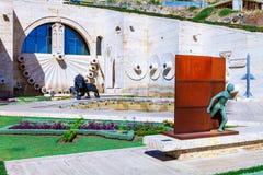 Ereván, Armenia - 26 de septiembre de 2016: El tercer 3o nivel de cascada con el alivio del águila en la fuente de pared Fotos de archivo