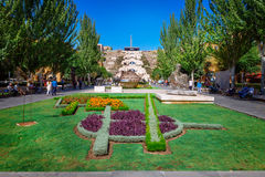 Ereván, Armenia - 26 de septiembre de 2016: Jardín de Cafesjian Art Center delante del museo de la cascada fotos de archivo