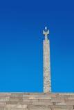 Ereván, Armenia - 26 de septiembre de 2016: Monumento dedicado al 50.o aniversario del soviet Armenia encima de complejo de la ca Imagen de archivo libre de regalías