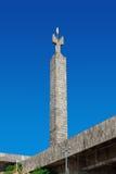Ereván, Armenia - 26 de septiembre de 2016: Monumento dedicado al 50.o aniversario del soviet Armenia encima de complejo de la ca Imagenes de archivo