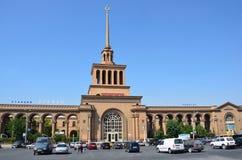 Ereván, Armenia, septiembre, 06, 2014 Escena armenia: Coches cerca del ferrocarril en Ereván Imagen de archivo libre de regalías