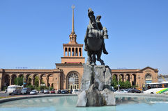 Ereván, Armenia, septiembre, 06, 2014 Escena armenia: Ferrocarril en Ereván y monumento a David Sasunsky Fotos de archivo