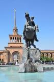 Ereván, Armenia, septiembre, 06, 2014 Escena armenia: Ferrocarril en Ereván y monumento a David Sasunsky Imagenes de archivo