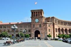 Erevan,亚美尼亚,场面9月, 06,2014,亚美尼亚:走在共和国的政府大厦附近的人们摆正 免版税库存图片