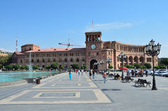Erevan, Armenië die, 06,2014 September, Mensen dichtbij de Overheid lopen die op het vierkant van de Republiek voortbouwen stock afbeeldingen