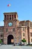 Erevan, Armenië die, 06,2014 September, Mensen dichtbij de Overheid lopen die op het vierkant van de Republiek voortbouwen stock foto's