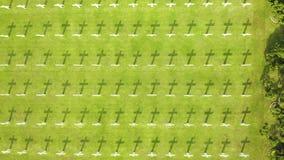 Ereveld Menteng Pulo avec des rangées des croix clips vidéos