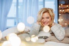 Erfüllte blonde darstellende Bestimmtheit zu Hause Lizenzfreie Stockfotos