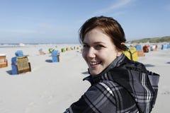 Erfüllte Frau am Strand Stockfotos