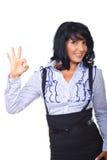 Erfüllte Geschäftsfrau, die okayzeichen zeigt Lizenzfreies Stockbild