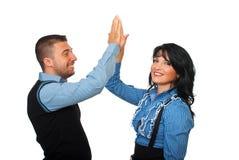 Erfüllte Geschäftsleute geben Höhe fünf Lizenzfreies Stockbild