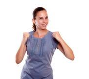 Erfüllte junge Frau mit einer positiven Fluglage Lizenzfreies Stockfoto
