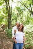Erfüllte junge Paare Lizenzfreie Stockfotografie