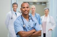 Erfüllte männliche Krankenschwester stockbild