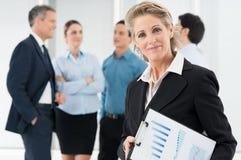 Erfüllte reife Geschäftsfrau Stockfoto