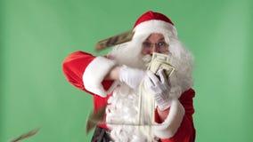 Erfüllte werfende Rechnungen Santa Clauss aus einem Bündelgeld heraus in camera, Geldkonzept, grünes chromakey im Hintergrund stock video footage