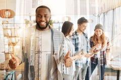 Erfüllter Afroamerikaner, der oben Daumen anhebt lizenzfreies stockfoto