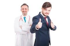 Erfüllter glücklicher männlicher Rechtsanwalt mit Medizindoktor stockfotos