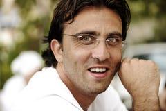 Erfüllter lächelnder Geschäftsmann lizenzfreies stockfoto